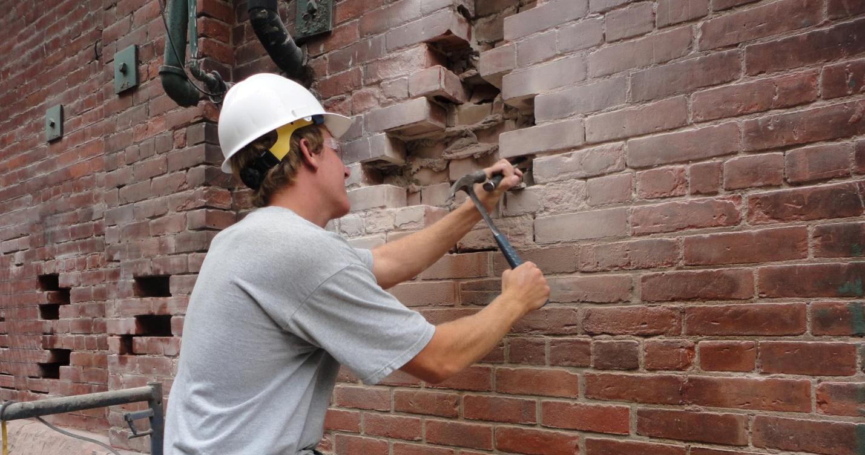 снос кирпичной стены
